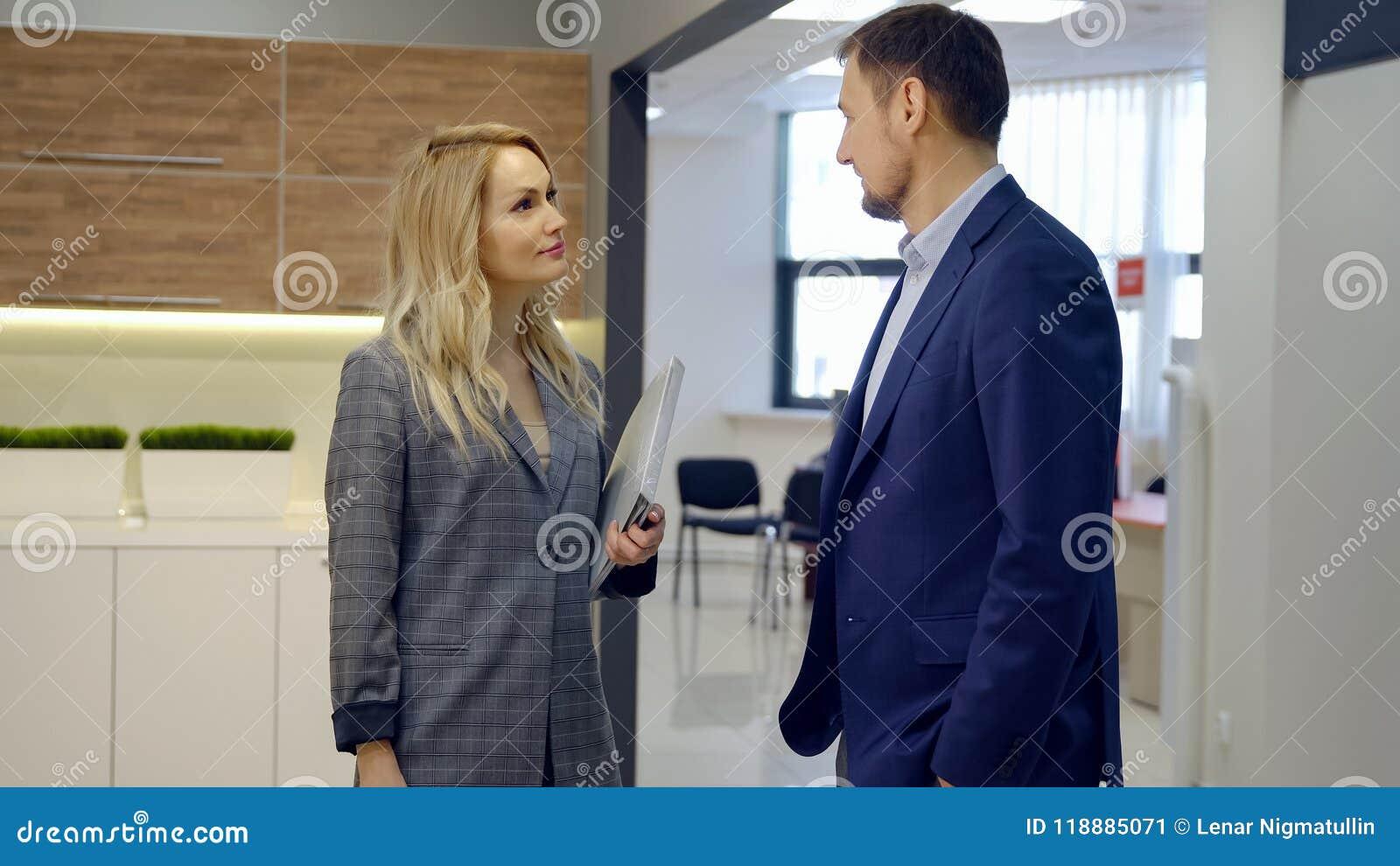Biznesowy mężczyzna i kobieta dyskutuje nową zgodę w biurze
