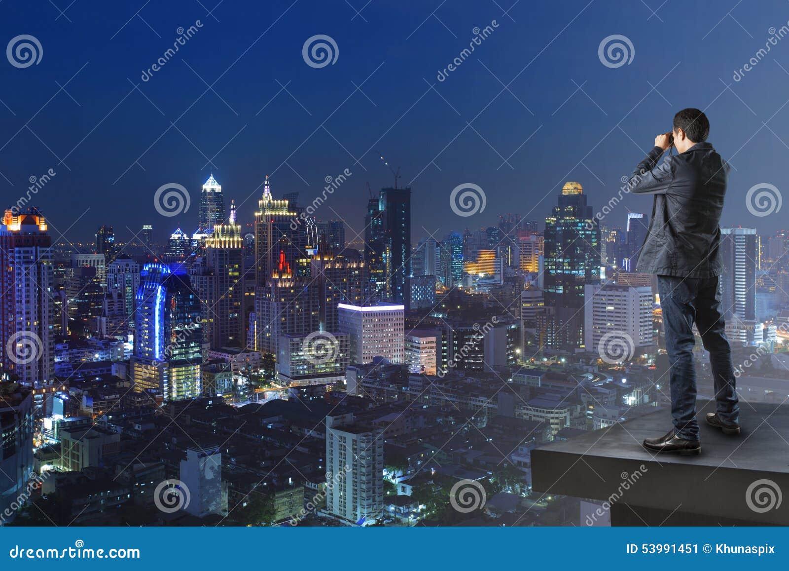 Biznesowy mężczyzna i obuoczny podglądający dopatrywanie inny buduje u