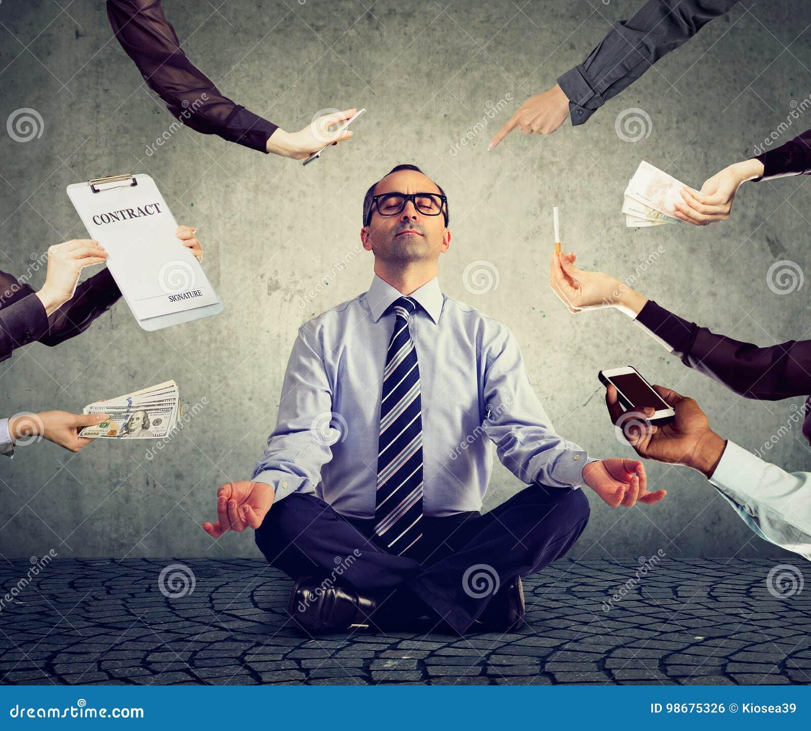 Biznesowy mężczyzna medytuje uśmierzać stres ruchliwie korporacyjny życie