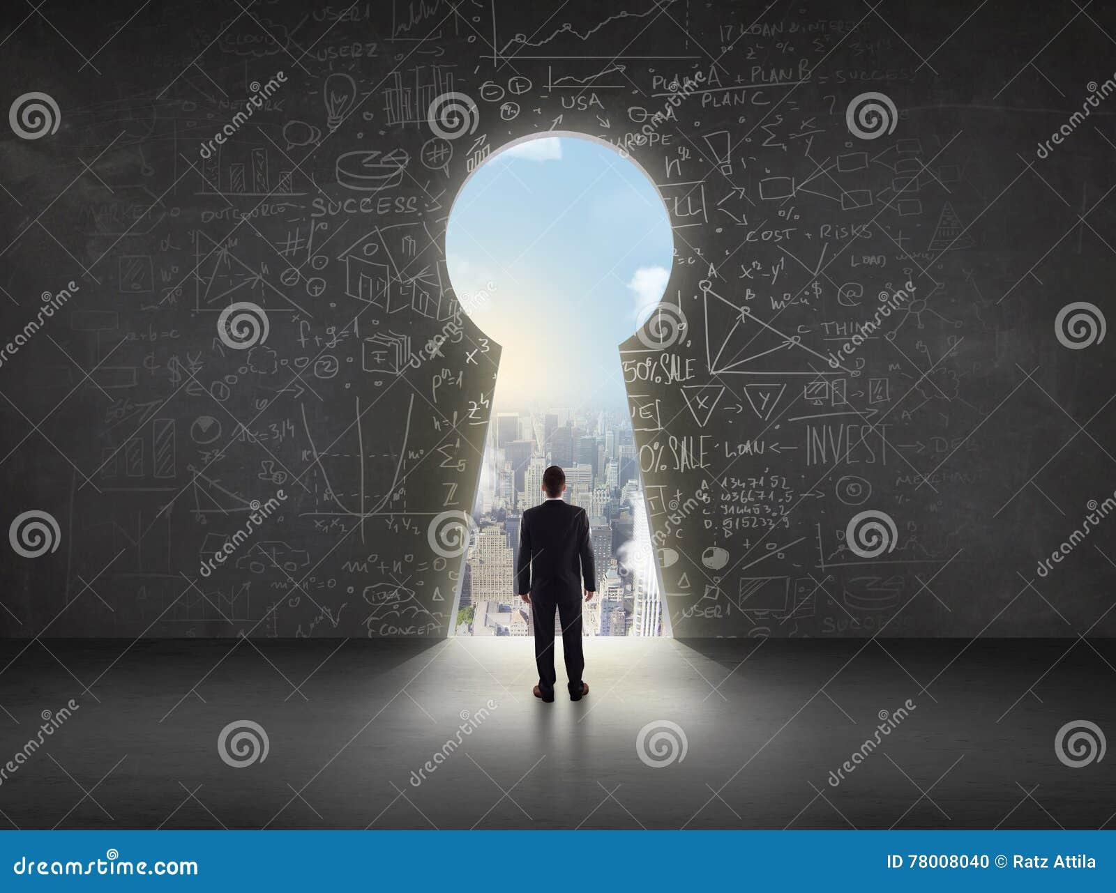 Biznesowy mężczyzna patrzeje keyhole z jaskrawym pejzażu miejskiego pojęciem