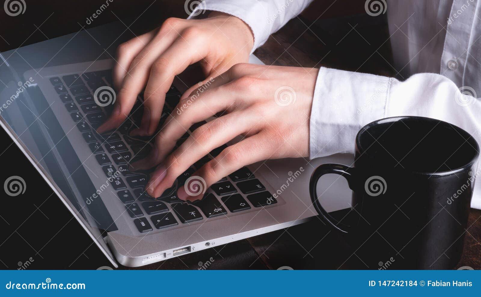 Biznesowy mężczyzna pisać na maszynie na laptop klawiaturze surrealistycznej - podczas gdy palce i klucze one zrastają się