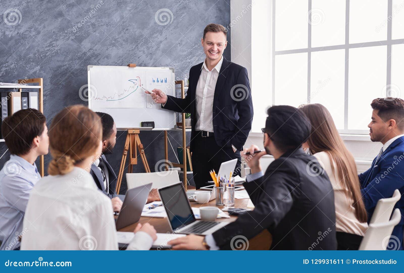 Biznesowy mężczyzna pokazuje diagram podczas prezentaci