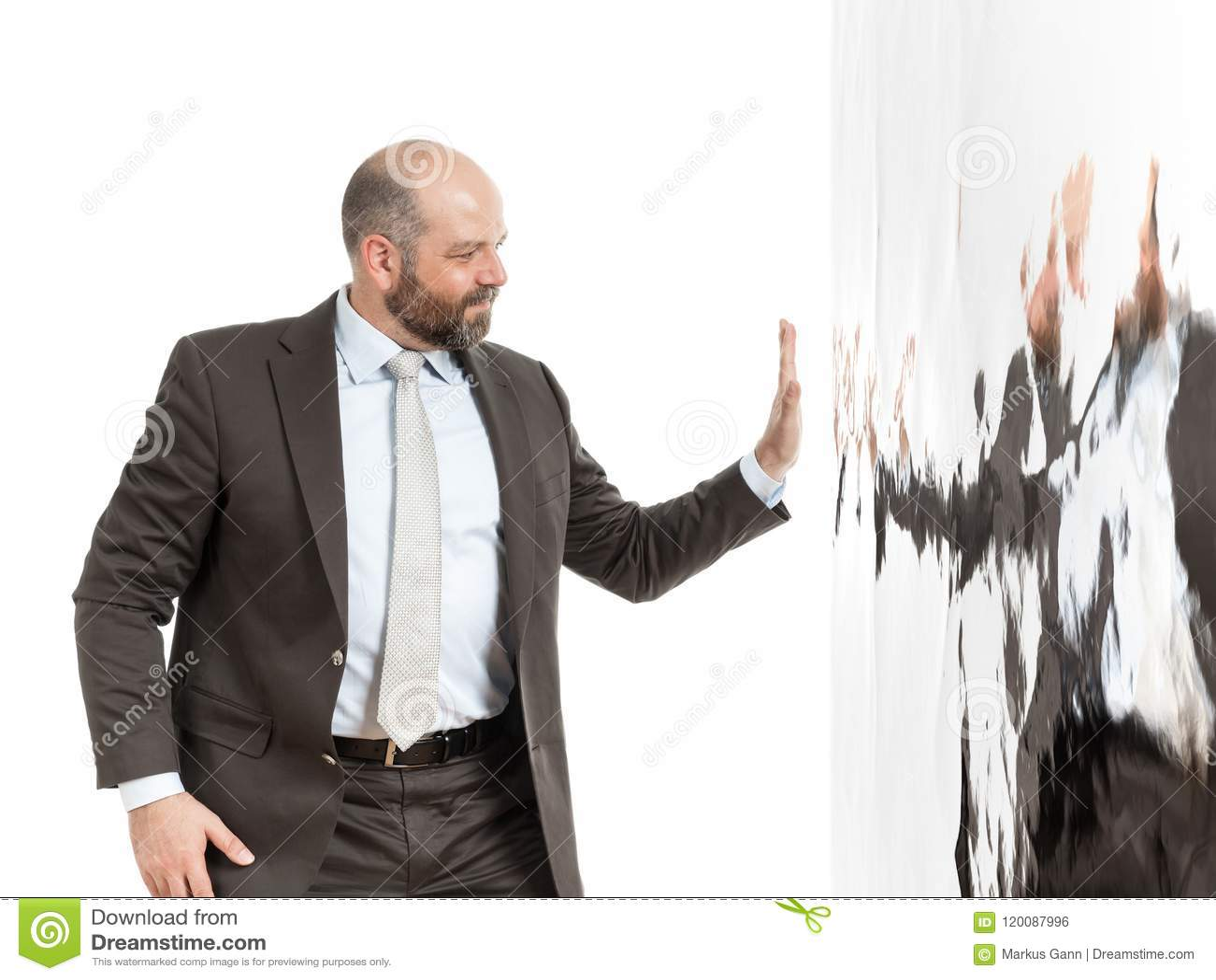 Biznesowy mężczyzna przy ścianą wody
