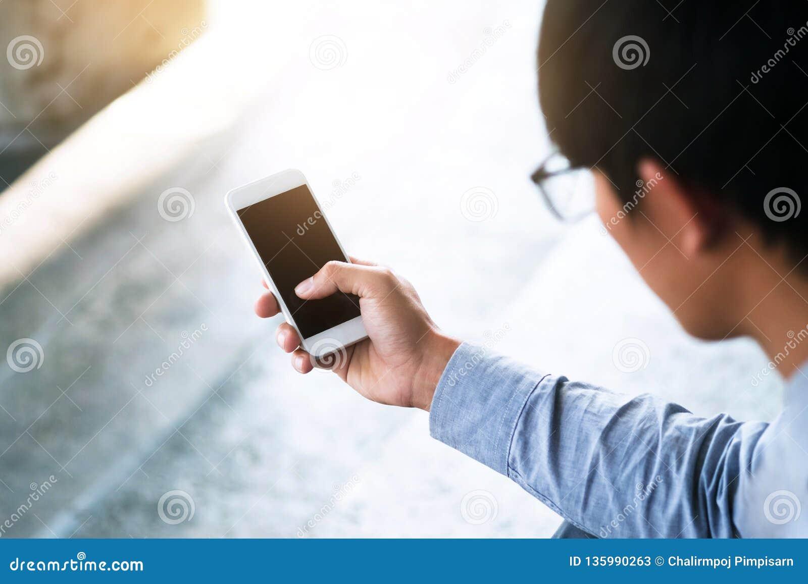 Biznesowy mężczyzna używa mobilnego mądrze telefon
