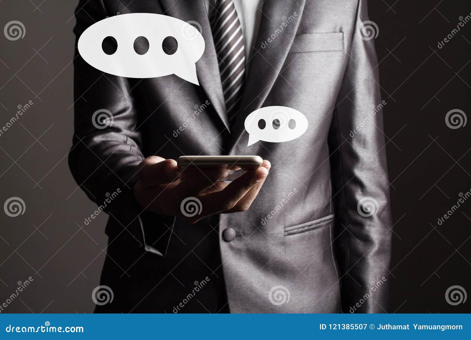 Biznesowy mężczyzna w Popielatej kostiumu mienia pastylki technologii wzruszającym ogólnospołecznym medialnym pojęciu