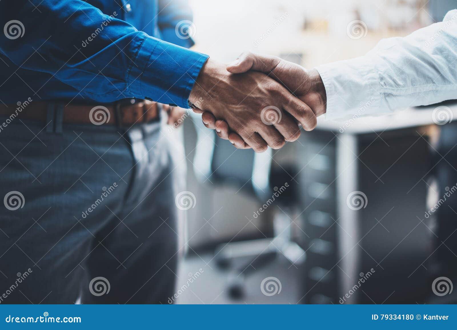 Biznesowy partnerstwo uścisku dłoni pojęcie Wizerunek dwa businessmans handshaking proces Pomyślna transakcja po wielkiego spotka