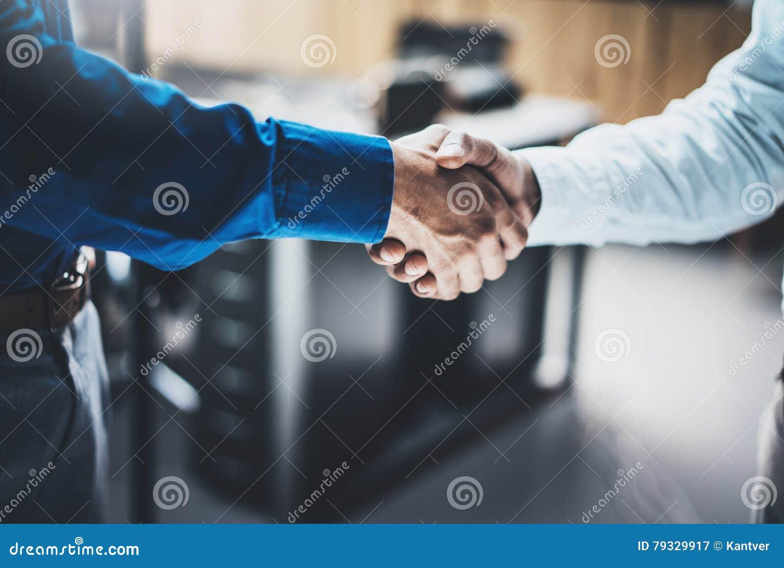 Biznesowy partnerstwo uścisku dłoni pojęcie Zbliżenie fotografia dwa businessmans handshaking proces Pomyślna transakcja po wielk