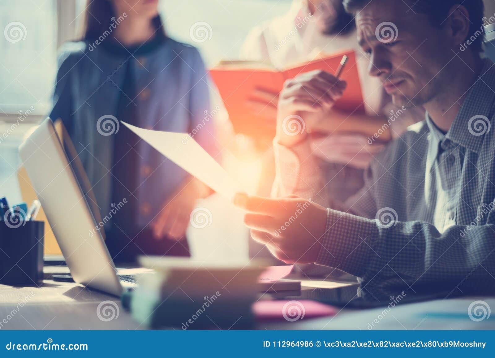 Biznesowy pomysłu spotykać Marketingowa drużyna dyskutuje nowego pracującego plan Laptop i papierkowa robota w otwartej przestrze