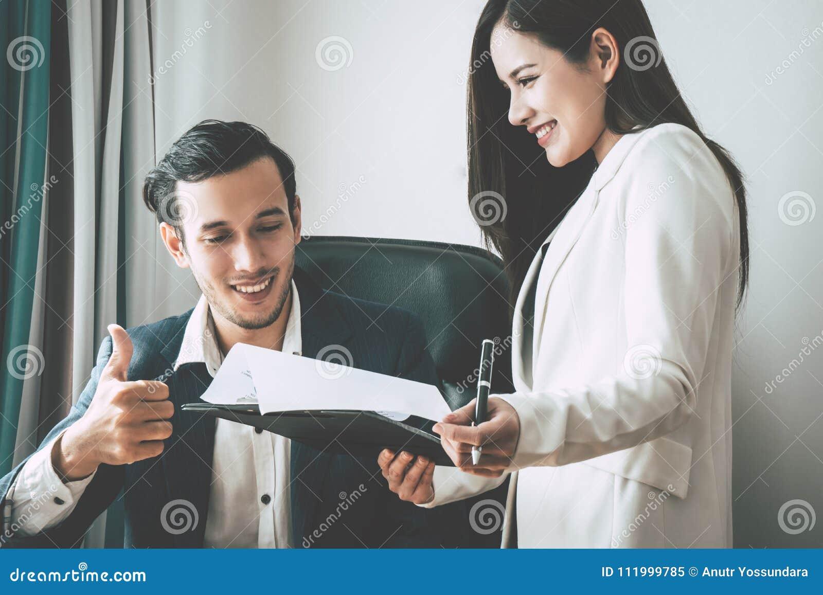 Biznesowy szef daje komplementowi sekretarka raport