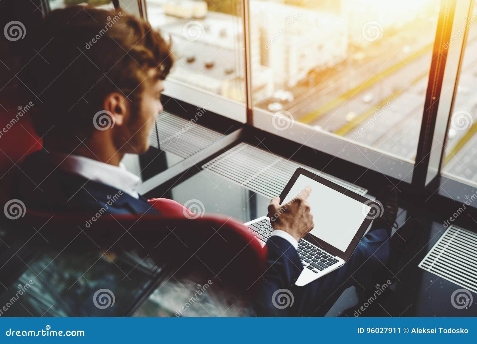 Biznesowy szef pokazuje w monitorze notatnik