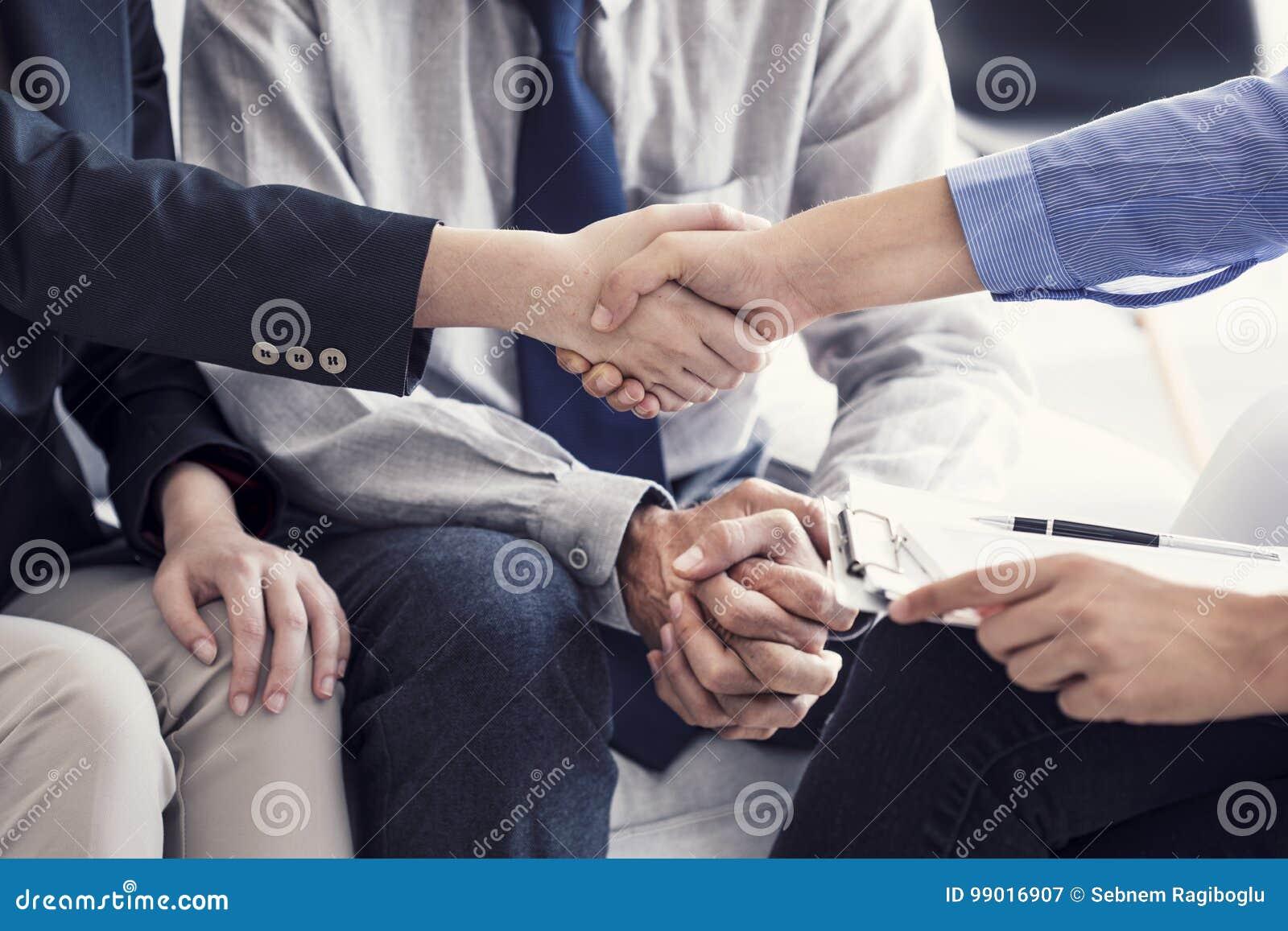 Biznesowy uścisk dłoni w biurze