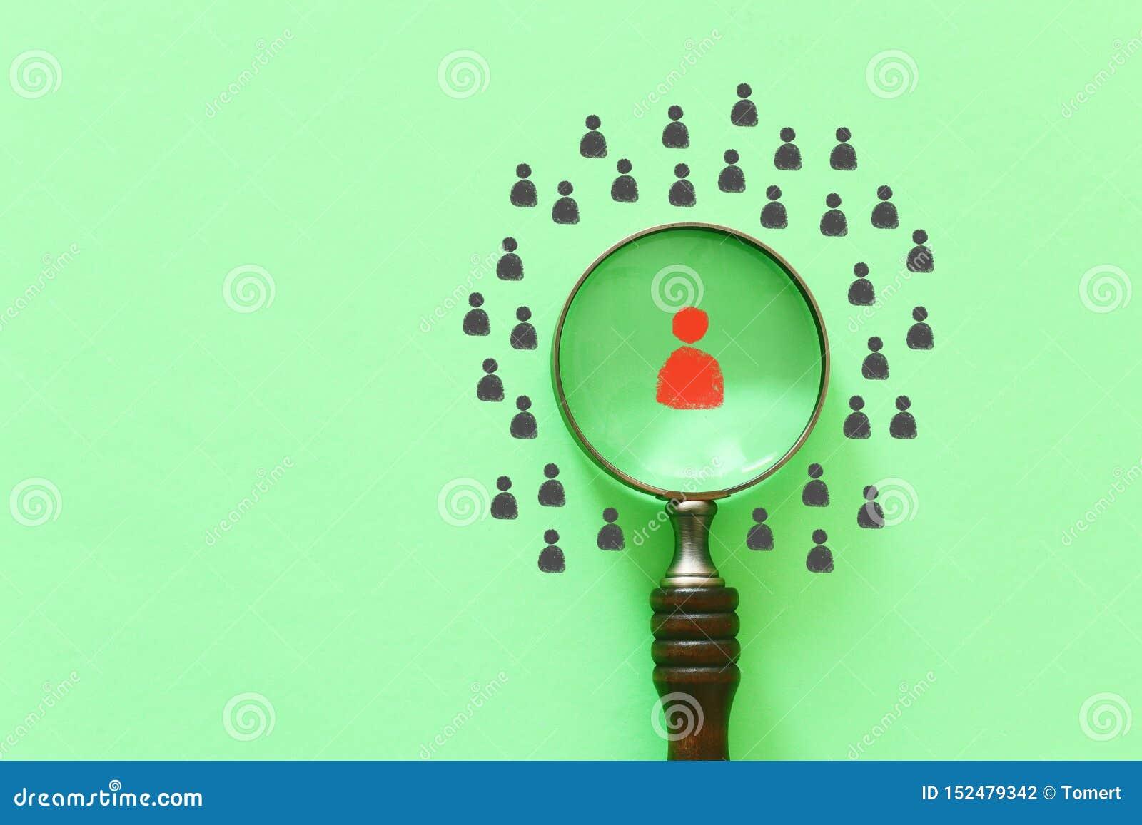 Biznesowy wizerunek buduje silnej drużyny, dział zasobów ludzkich i zarządzania powiększać - szkło z ludźmi ikony nad zielonym tł