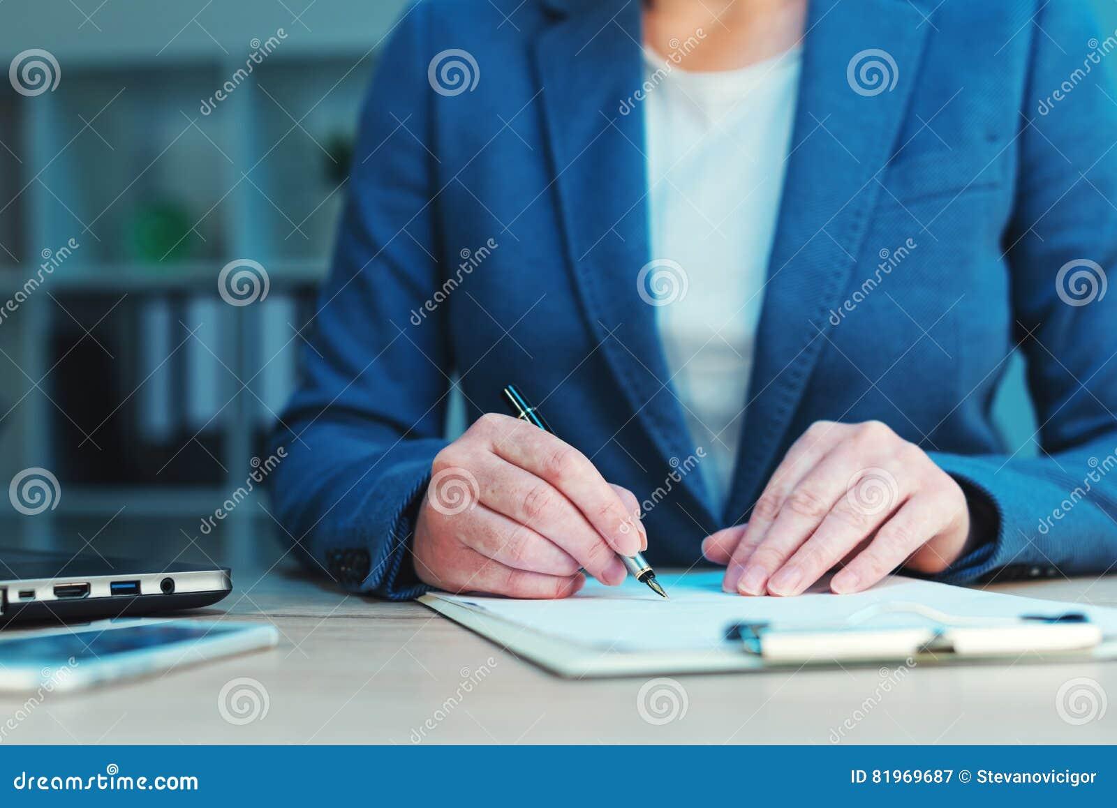 Biznesowy zgody podpisywanie, bizneswomanu handwriting podpis