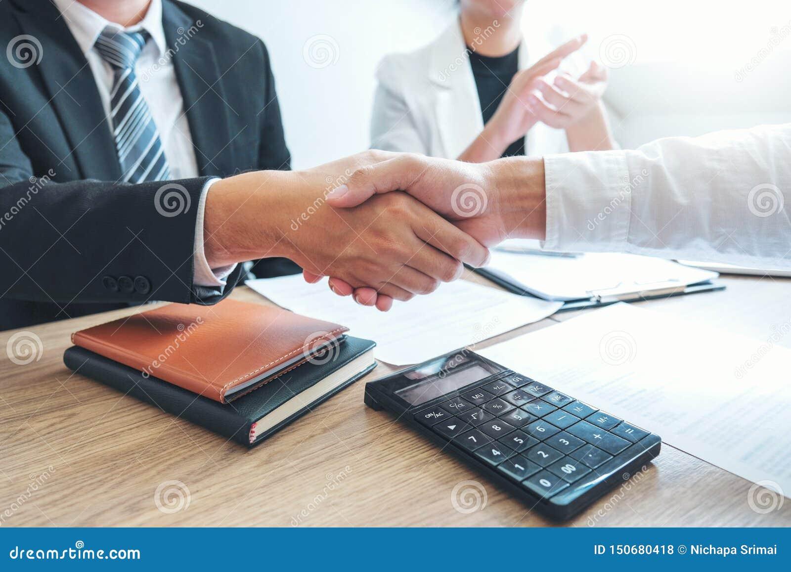 Biznesu chwiania drużynowe ręki podczas spotkanie strategii analizy Planistycznego pojęcia