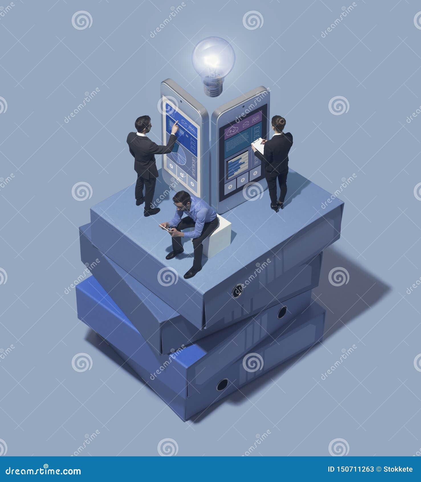 Biznesu drużynowy działanie wraz z mobilnymi apps