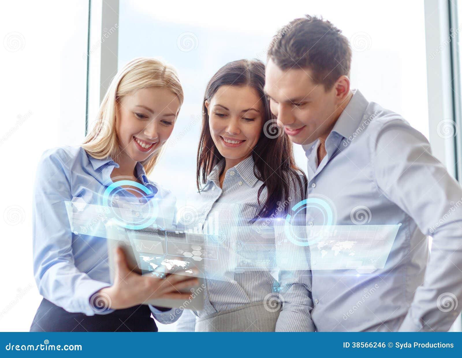 Biznesu drużynowy działanie z pastylka komputerem osobistym w biurze