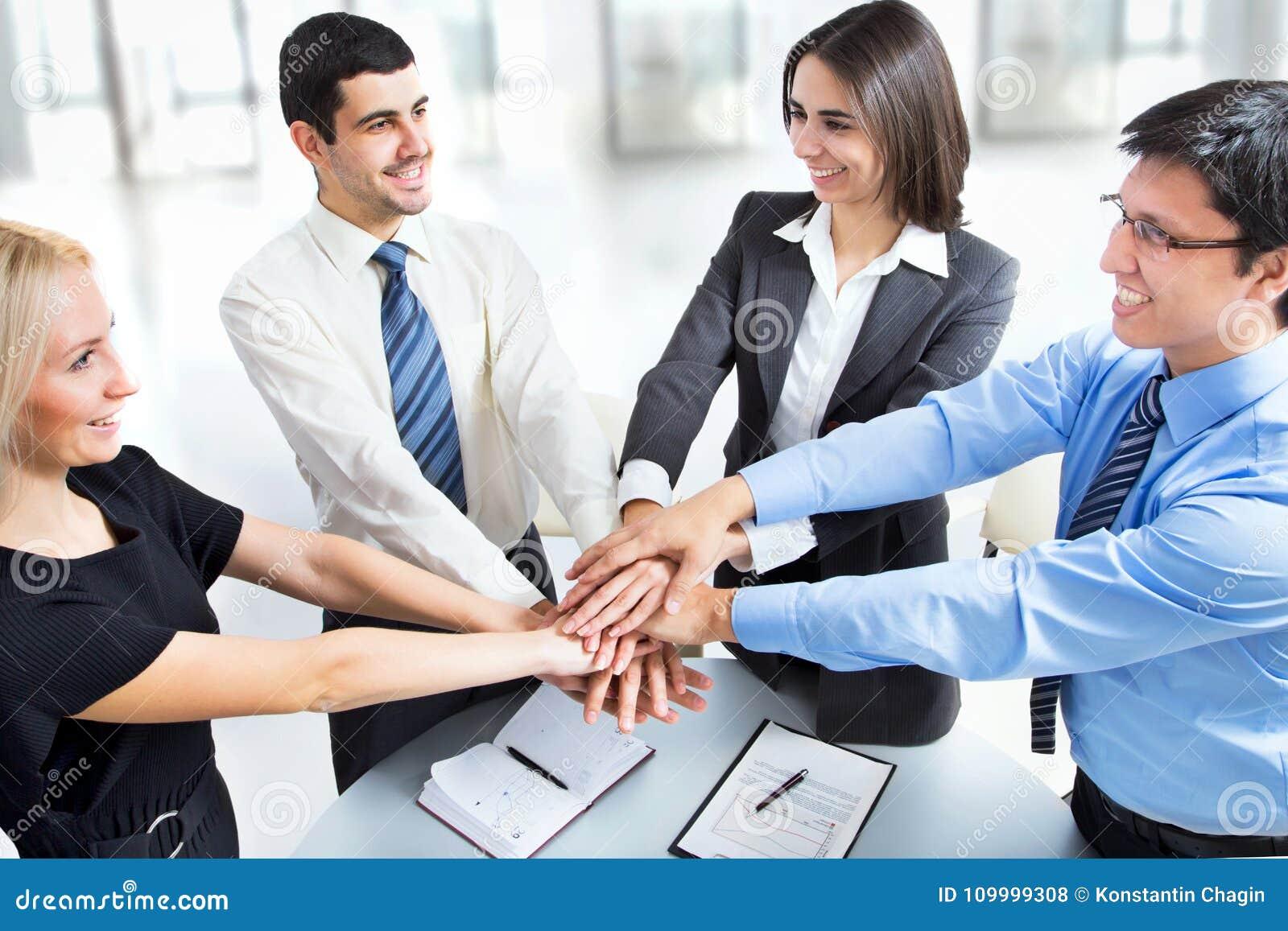 Biznesu drużynowy kładzenie ich ręki na górze each inny