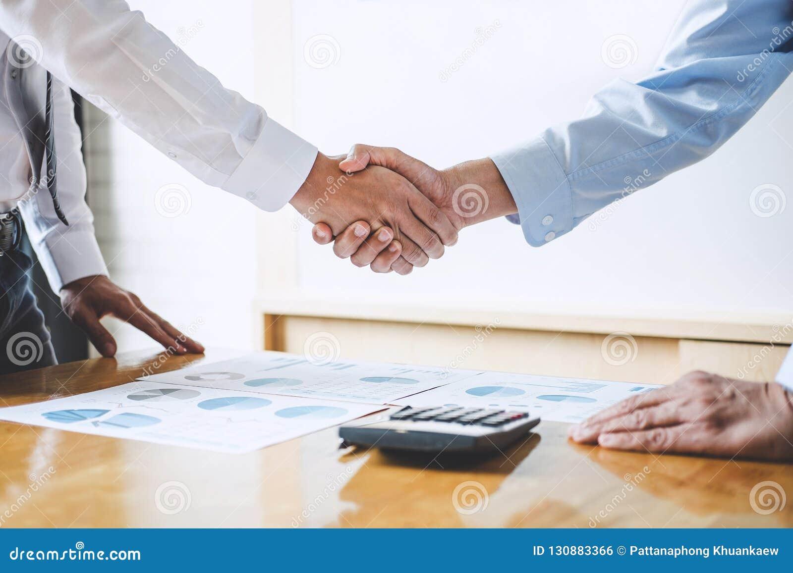 Biznesu drużynowy powitanie i wykończeniowy up spotkanie, Dwa biznes
