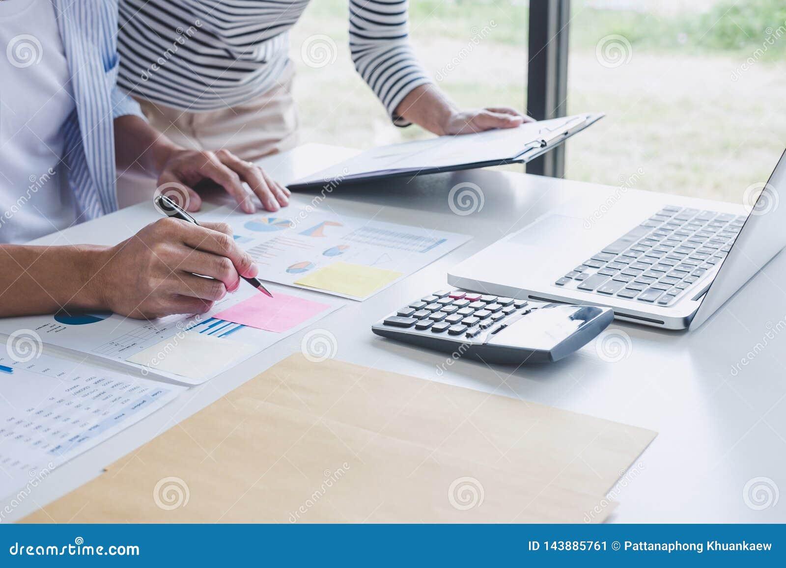 Biznesu drużynowy współpraca dyskutuje pracującą analizę z pieniężnymi dane i marketingowym przyrosta raportu wykresem w drużynie