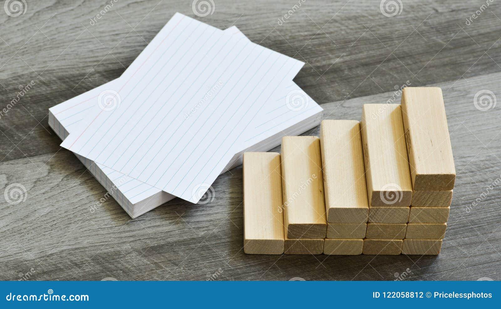 Biznesu, edukaci wyzwania pojęcie/- Puste wskaźnik karty Z schody Upwards elementy Nad Ciemnym Drewnianym tłem
