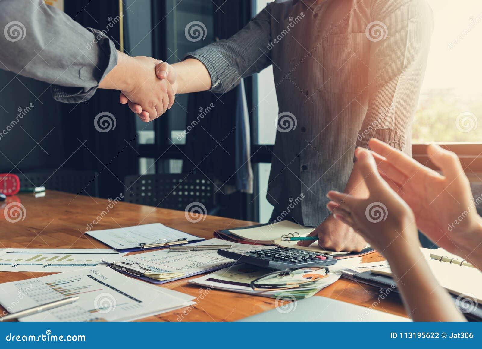 Biznesu i finanse pojęcie biurowy działanie, biznesmena chwiania ręka w pokoju konferencyjnym