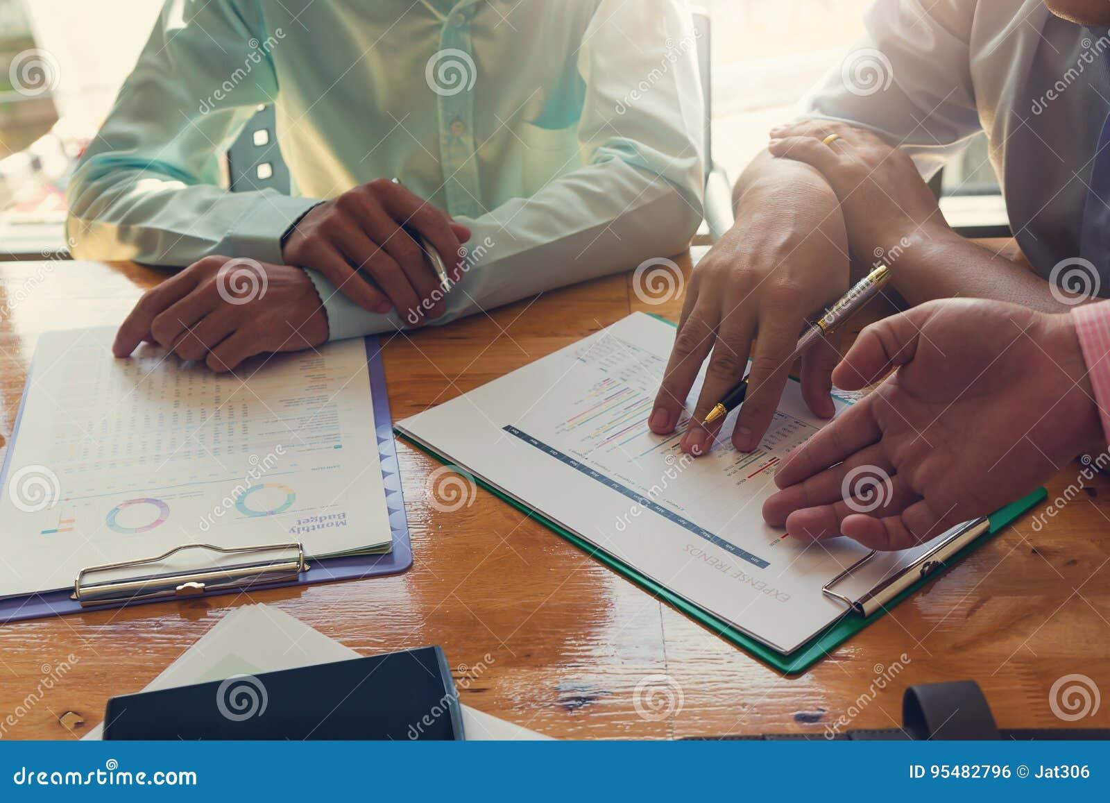 Biznesu i finanse pojęcie biurowy działanie, biznesmeni dyskutuje analizę sporządza mapę