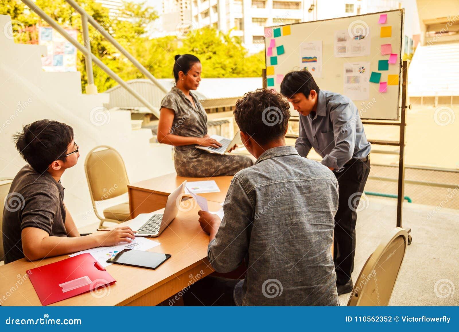 Biznesu i pracy zespołowej pojęcie: Biznesmeni i kobiety brainstorming w korporacyjnego planowania konferencyjnym spotkaniu z now