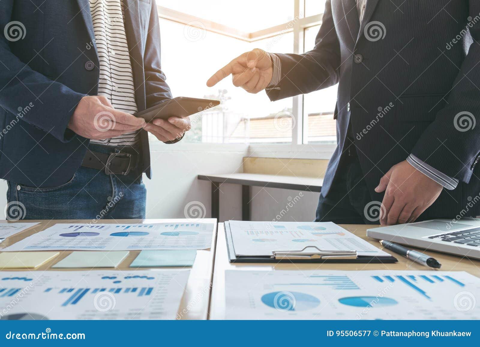Biznesu spotkania drużynowa teraźniejszość sekretarki prezentaci nowy pomysł i robić fachowy inwestor z nowym finansowym projekte