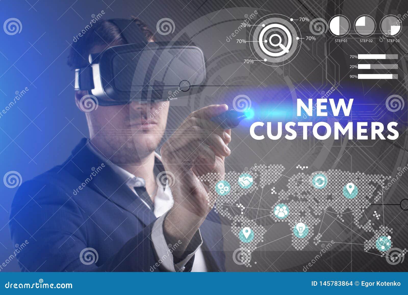 Biznesu, technologii, interneta i sieci poj?cie, M?ody biznesmen pracuje w rzeczywisto?? wirtualna szk?ach widzii inskrypcj?: Now