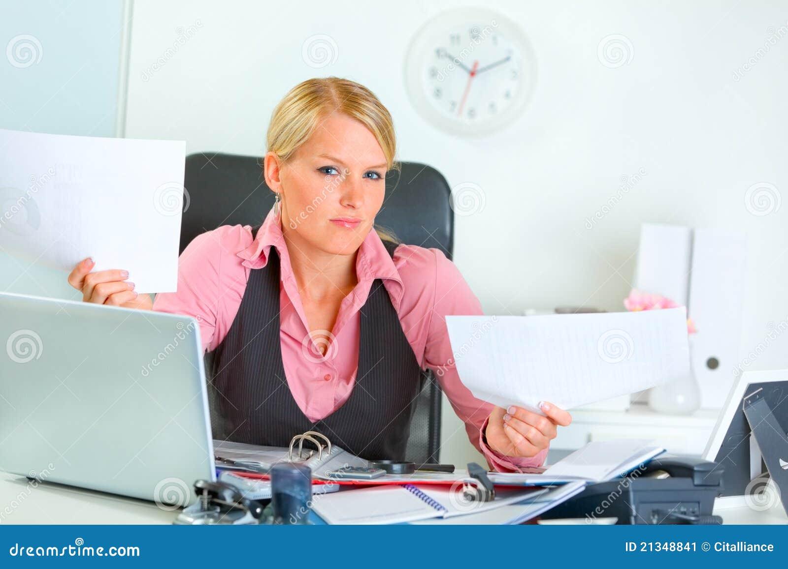 Biznesu zmieszana biurka biura kobieta
