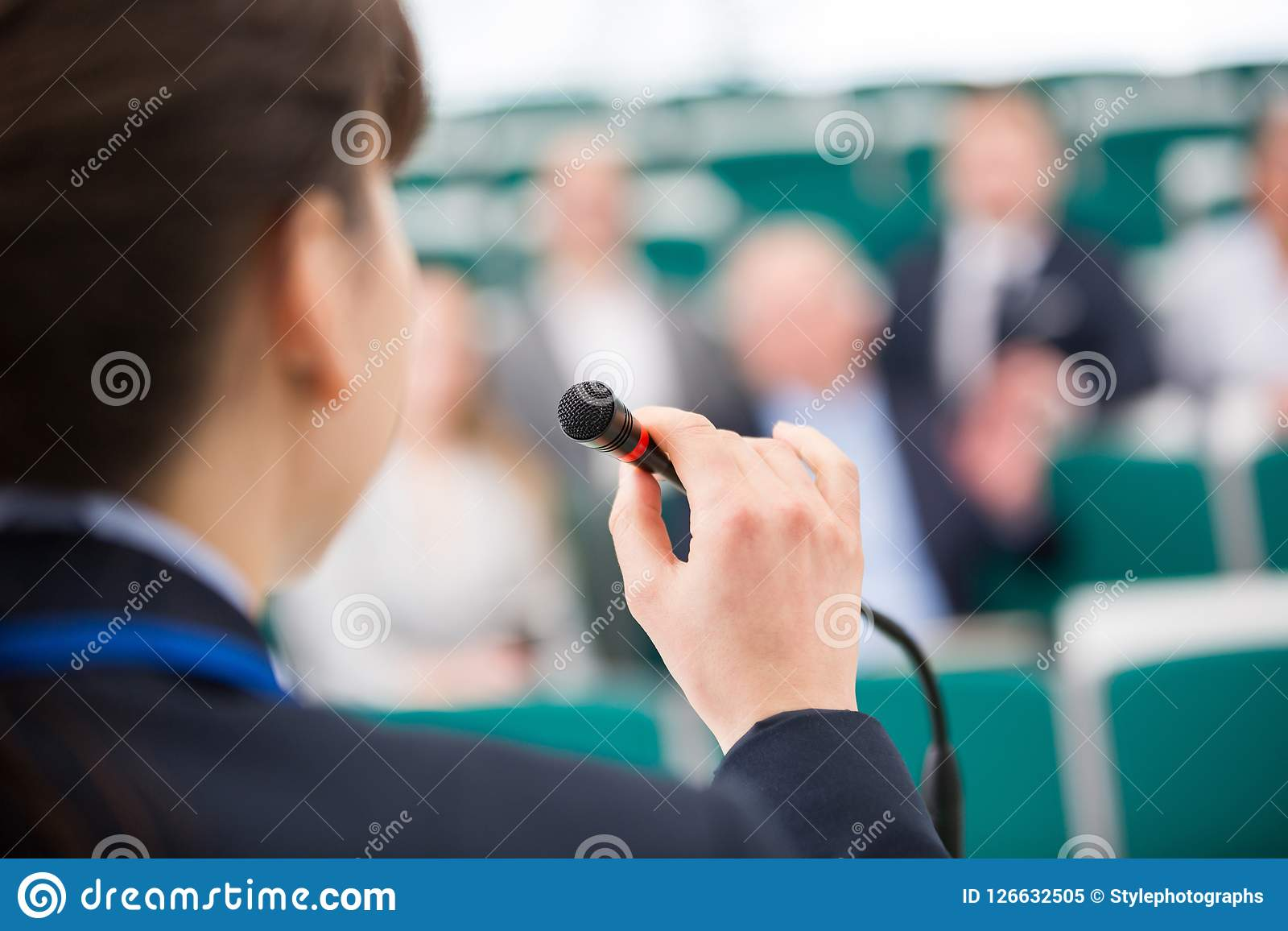 Bizneswoman Daje mowie Na mikrofonie W Odczytowym pokoju