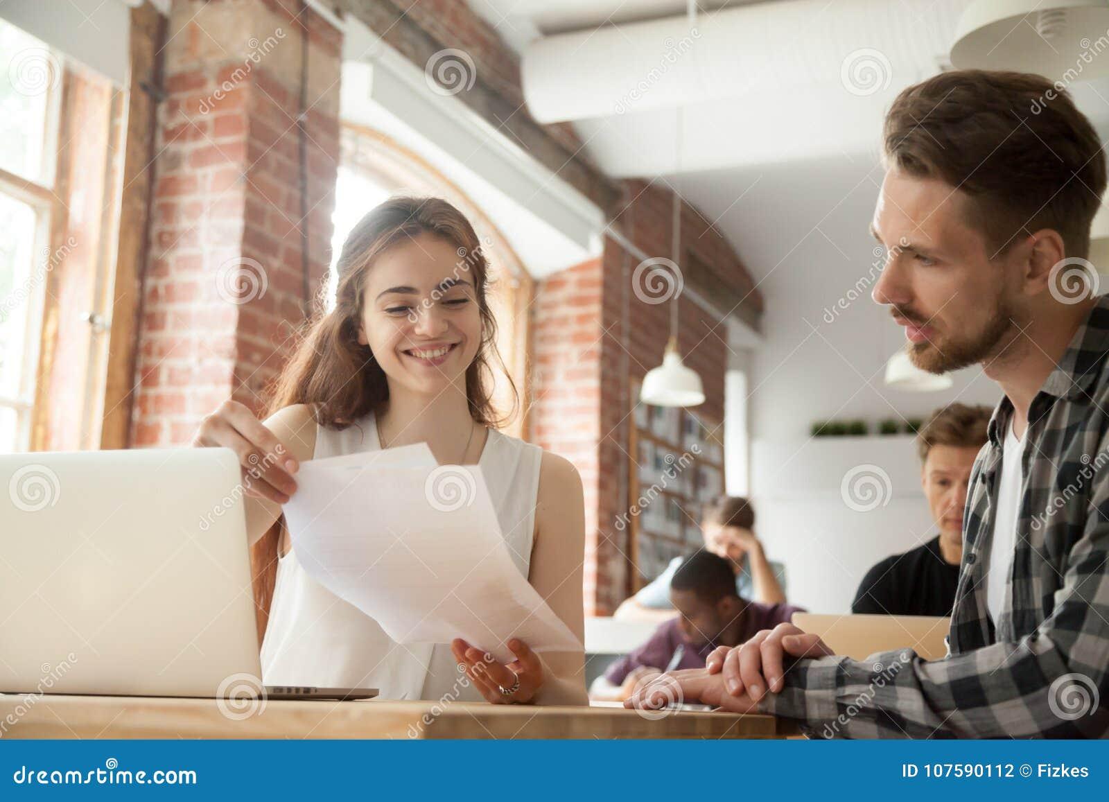 Bizneswoman dyskutuje dokumenty przy spotkaniem z klientem w co