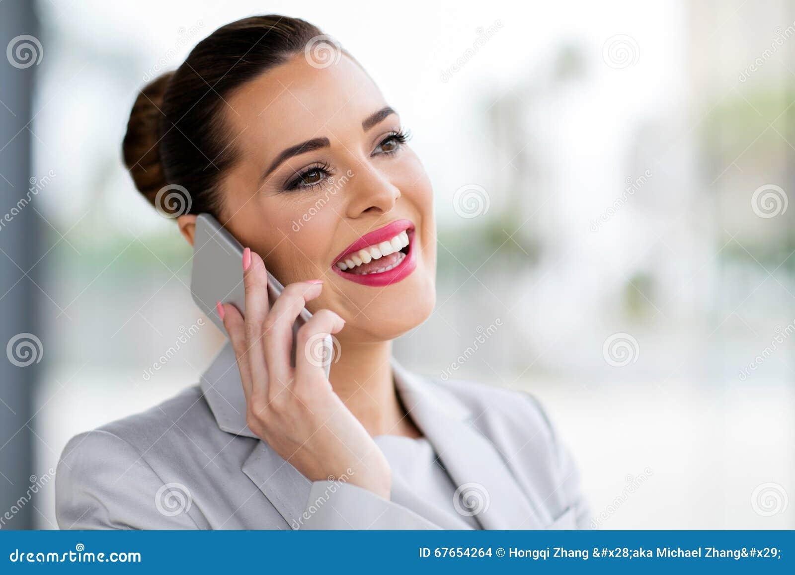 Bizneswoman opowiada telefon komórkowego