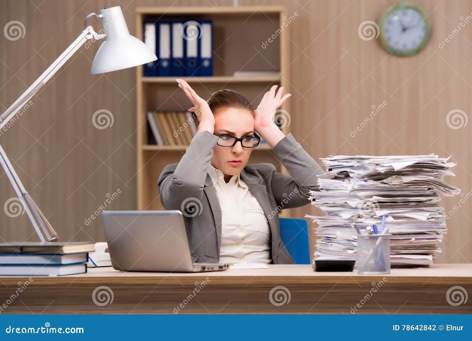 Bizneswoman pod stresem od zbyt dużo pracy w biurze