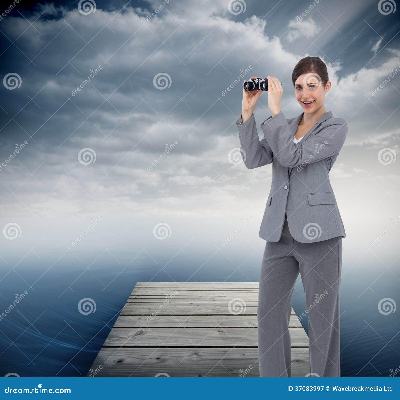 Download Bizneswoman Pozuje Z Lornetkami Obraz Stock - Obraz złożonej z chwalebnie, chmurny: 37083997