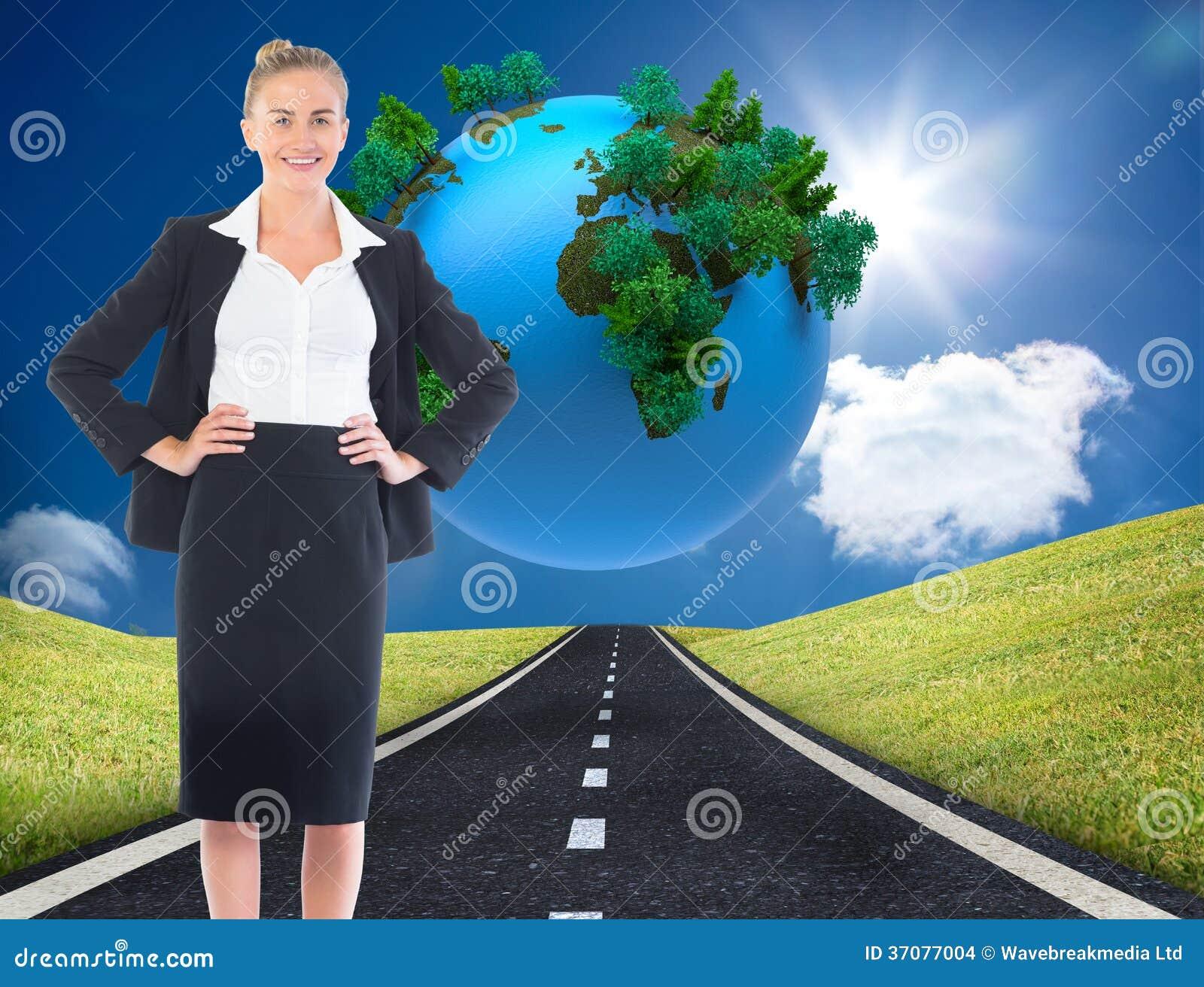 Download Bizneswoman Pozycja Z Rękami Na Biodrach Zdjęcie Stock - Obraz złożonej z chmury, droga: 37077004