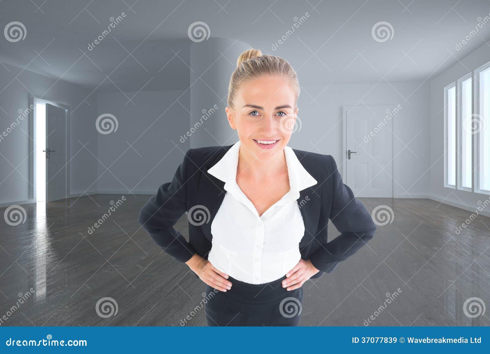 Download Bizneswoman Pozycja Z Rękami Na Biodrach Obraz Stock - Obraz złożonej z otwarty, mądrze: 37077839