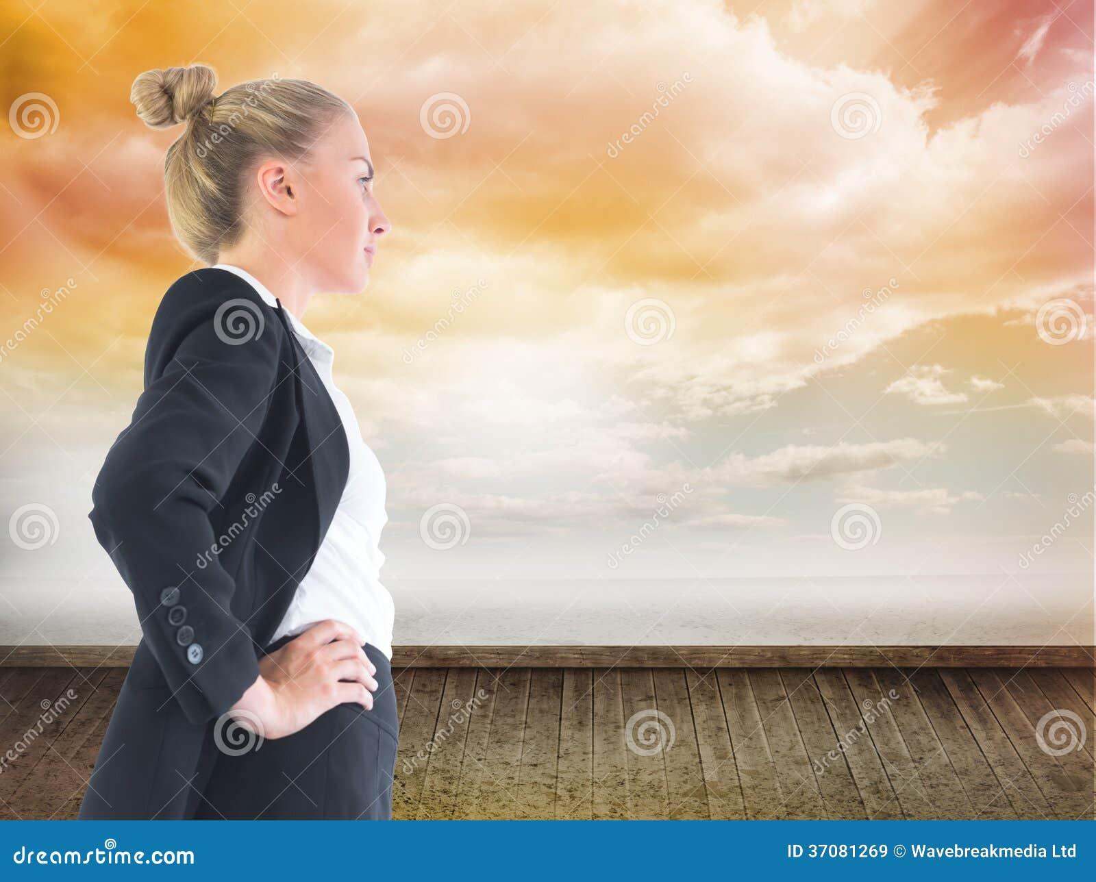 Download Bizneswoman Pozycja Z Rękami Na Biodrach Obraz Stock - Obraz złożonej z osoba, ubierający: 37081269