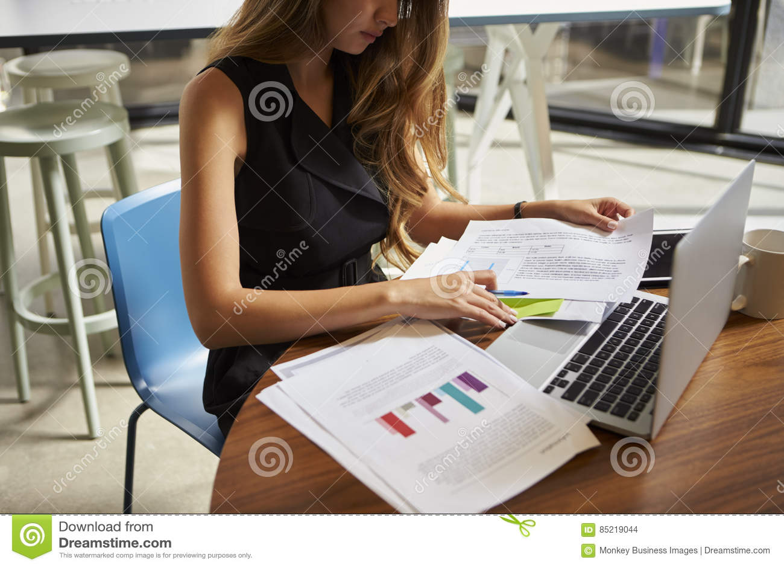 Bizneswoman pracuje na dokumentach w biurze, zamyka up, uprawa