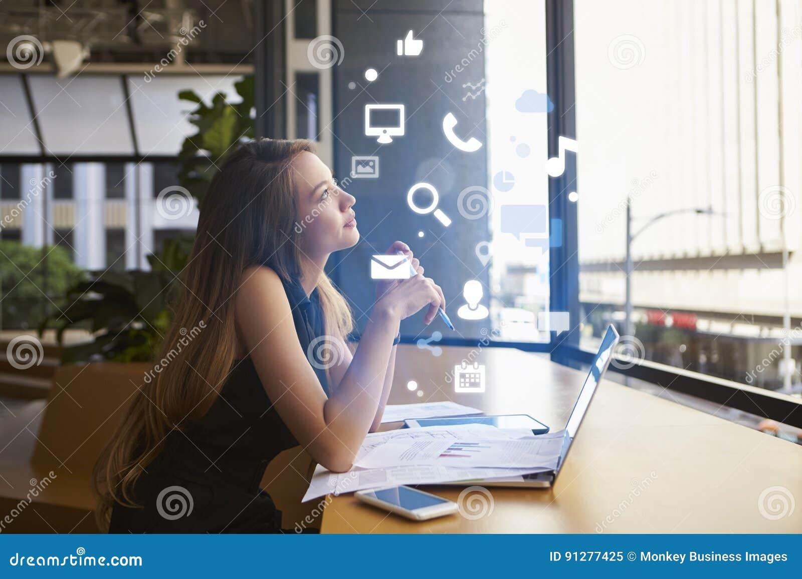 Bizneswoman pracuje w biurze patrzeje app ikony
