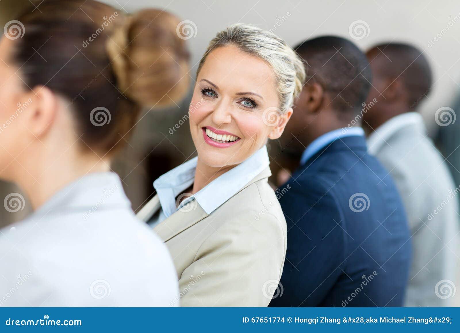 Bizneswoman przyglądający z powrotem