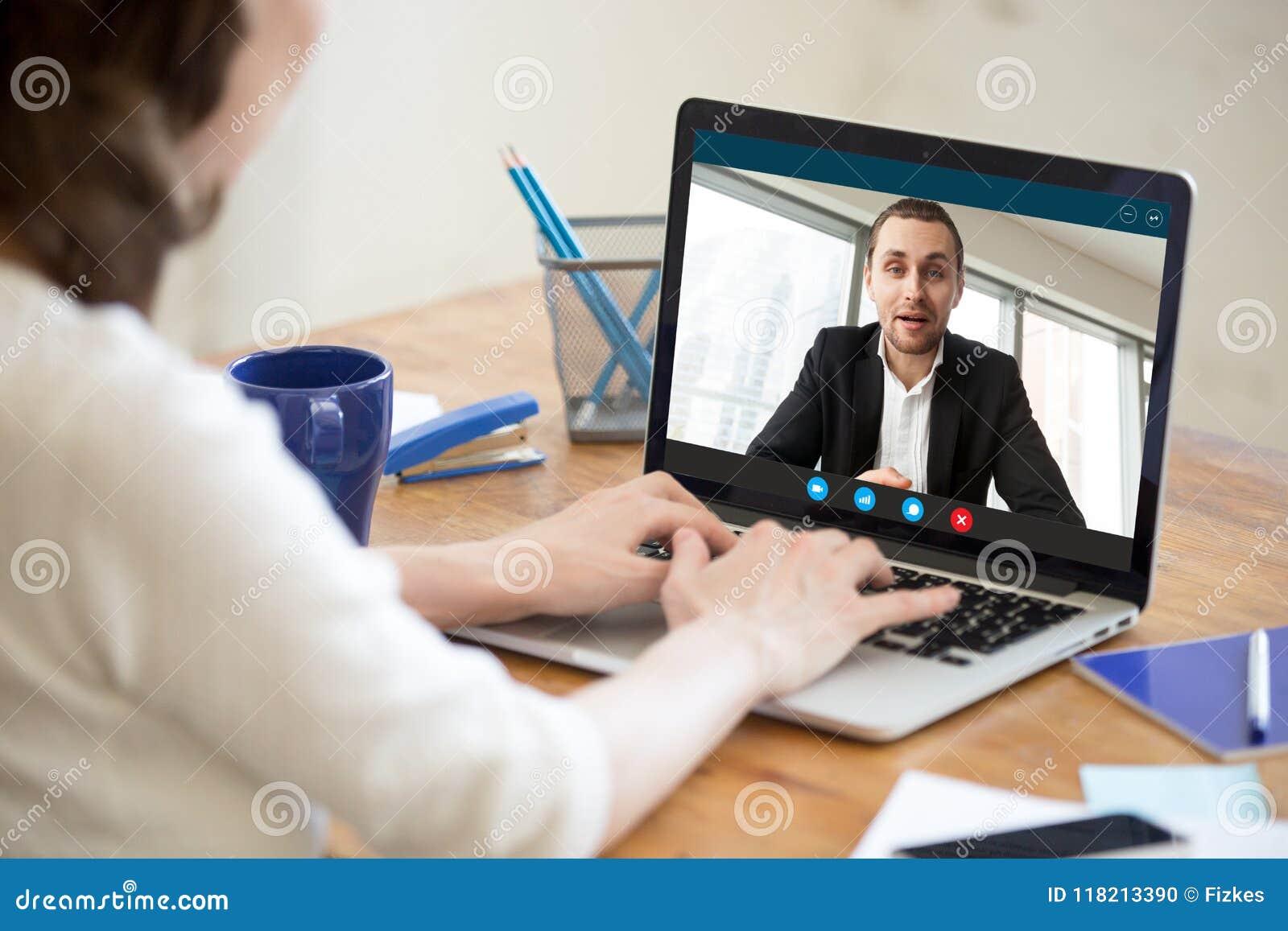 Bizneswoman robi wideo wezwaniu partner biznesowy używa laptop