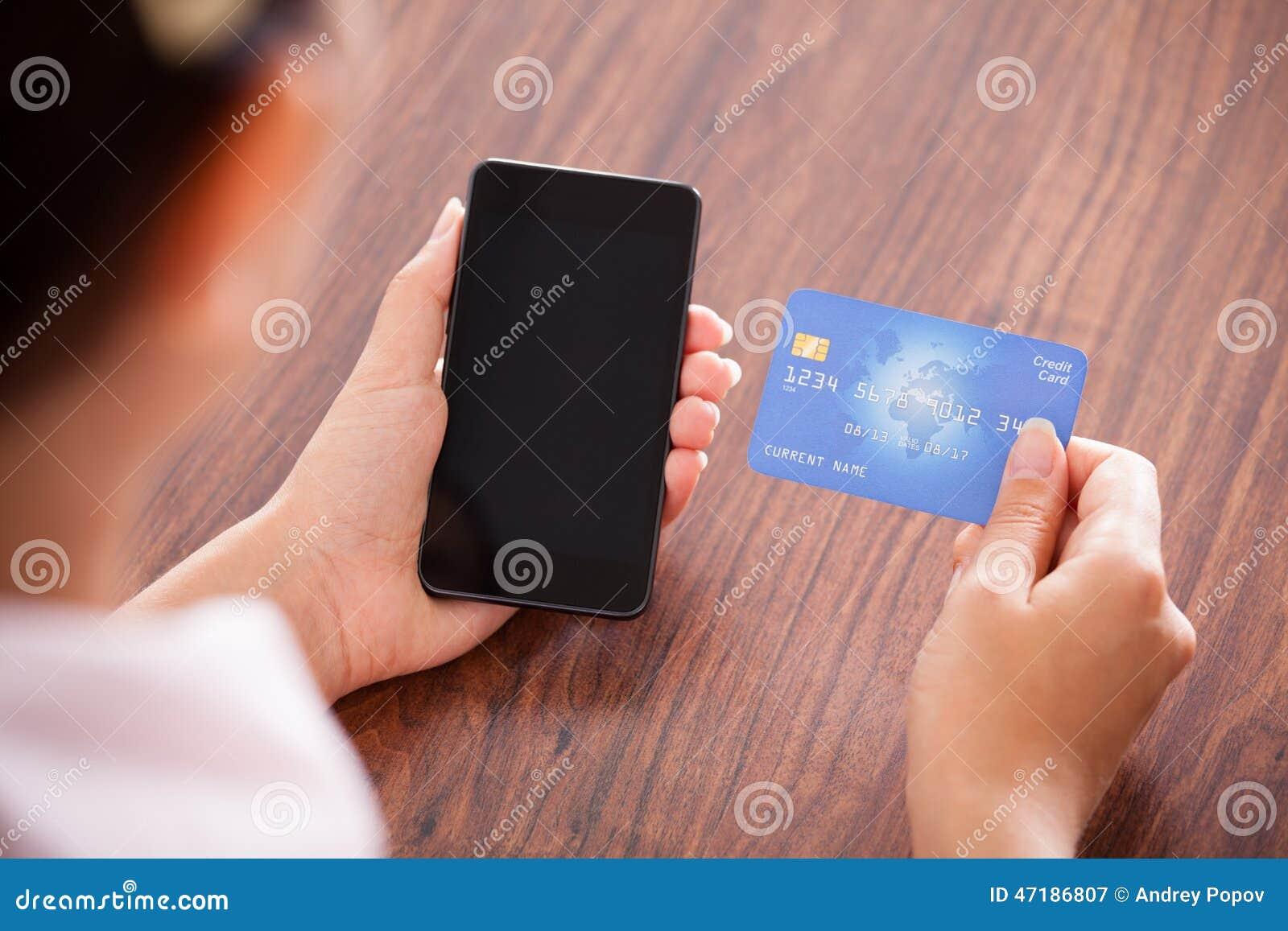 Bizneswoman robi zapłacie na telefonie komórkowym