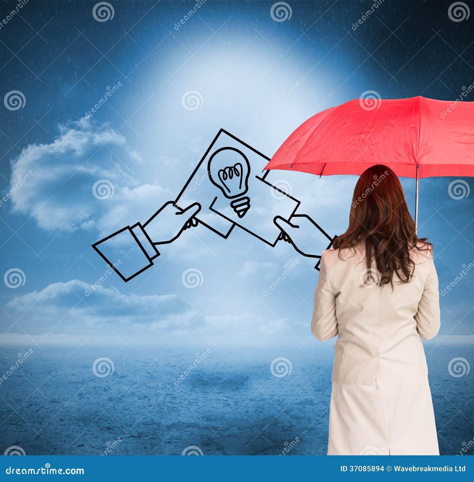 Download Bizneswoman Trwanie Kamery Mienia Czerwieni Parasol Z Powrotem Zdjęcie Stock - Obraz złożonej z chmurny, wytwarza: 37085894
