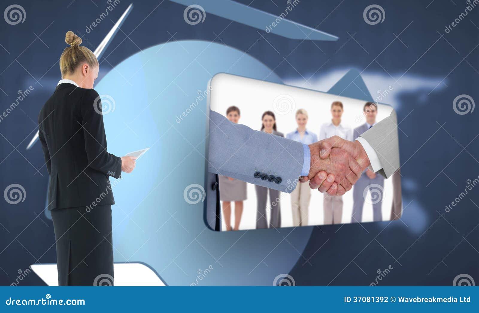Download Bizneswoman Trzyma Nową Pastylkę Zdjęcie Stock - Obraz złożonej z technologia, well: 37081392