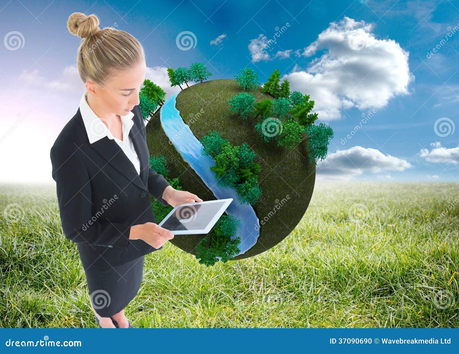 Download Bizneswoman Trzyma Nową Pastylkę Zdjęcie Stock - Obraz złożonej z łąka, trawy: 37090690