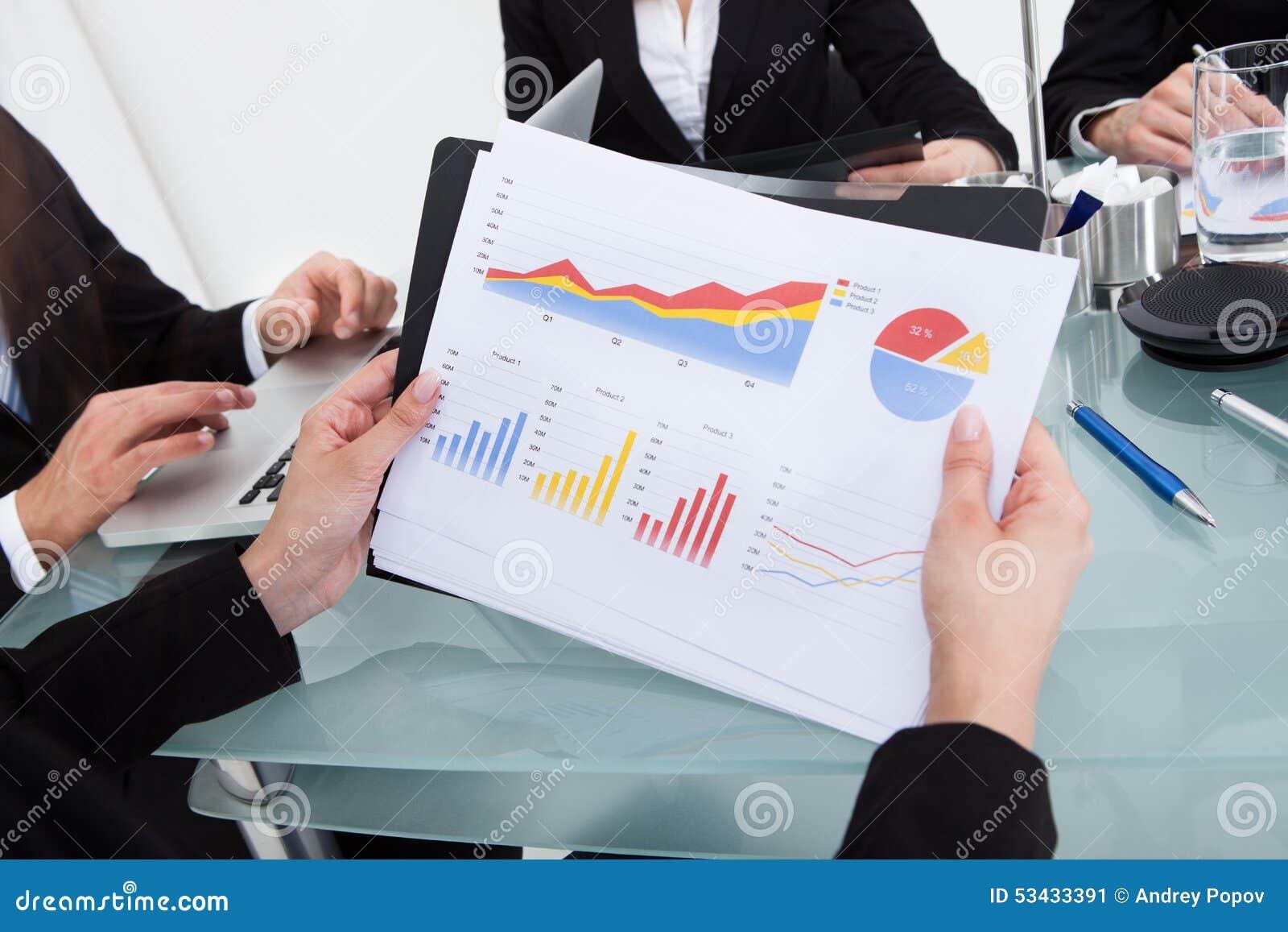 Bizneswoman trzyma pieniężną postęp mapę
