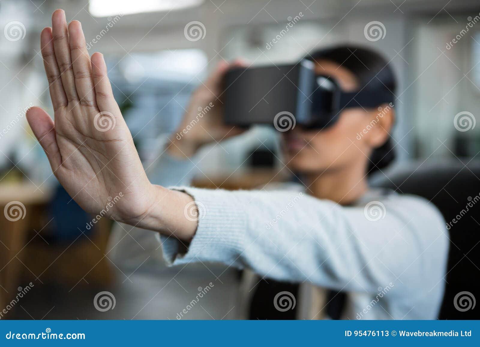 Bizneswoman używa rzeczywistości wirtualnej słuchawki