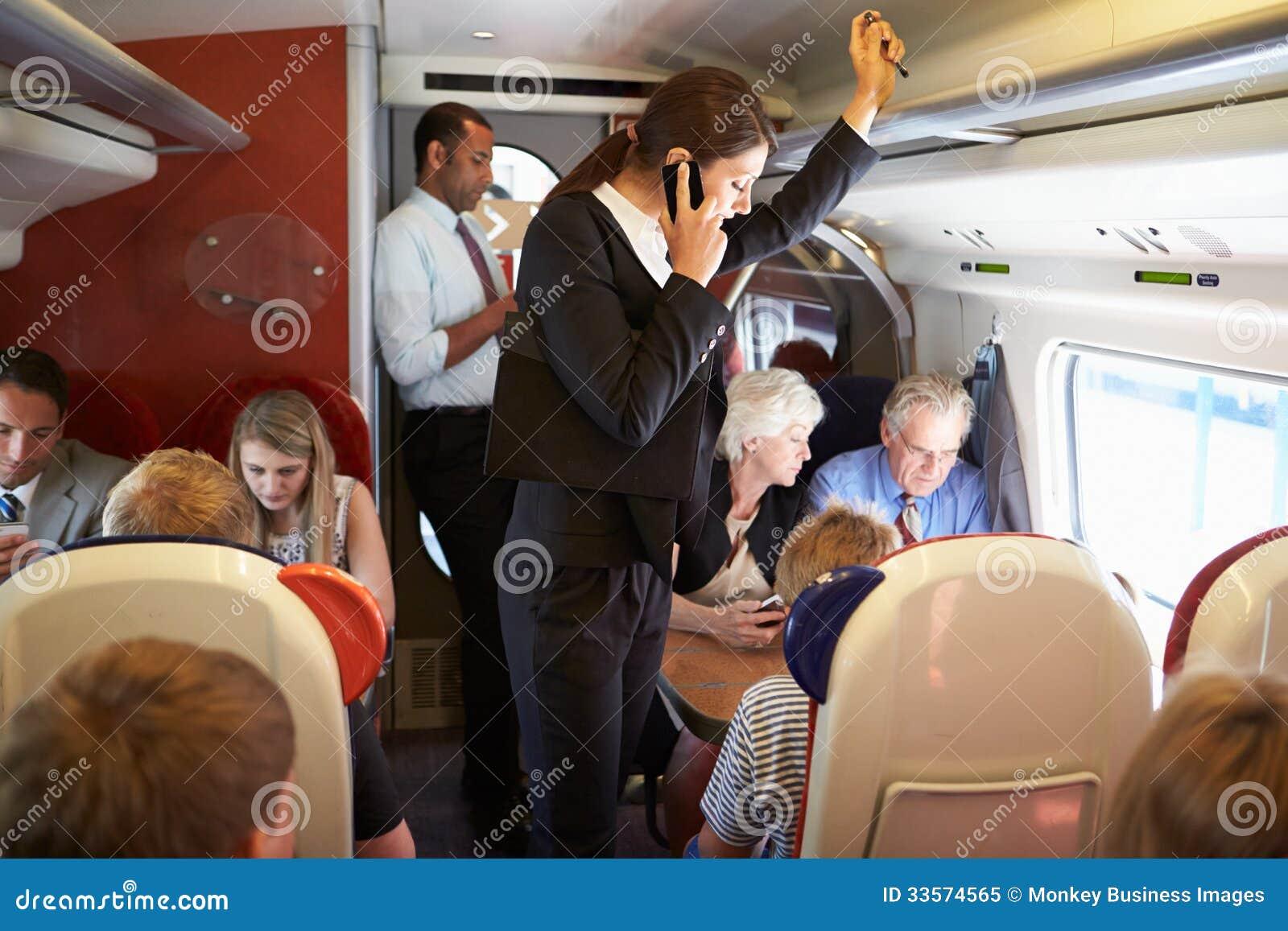 Bizneswoman Używa telefon komórkowego Na Ruchliwie kolejce