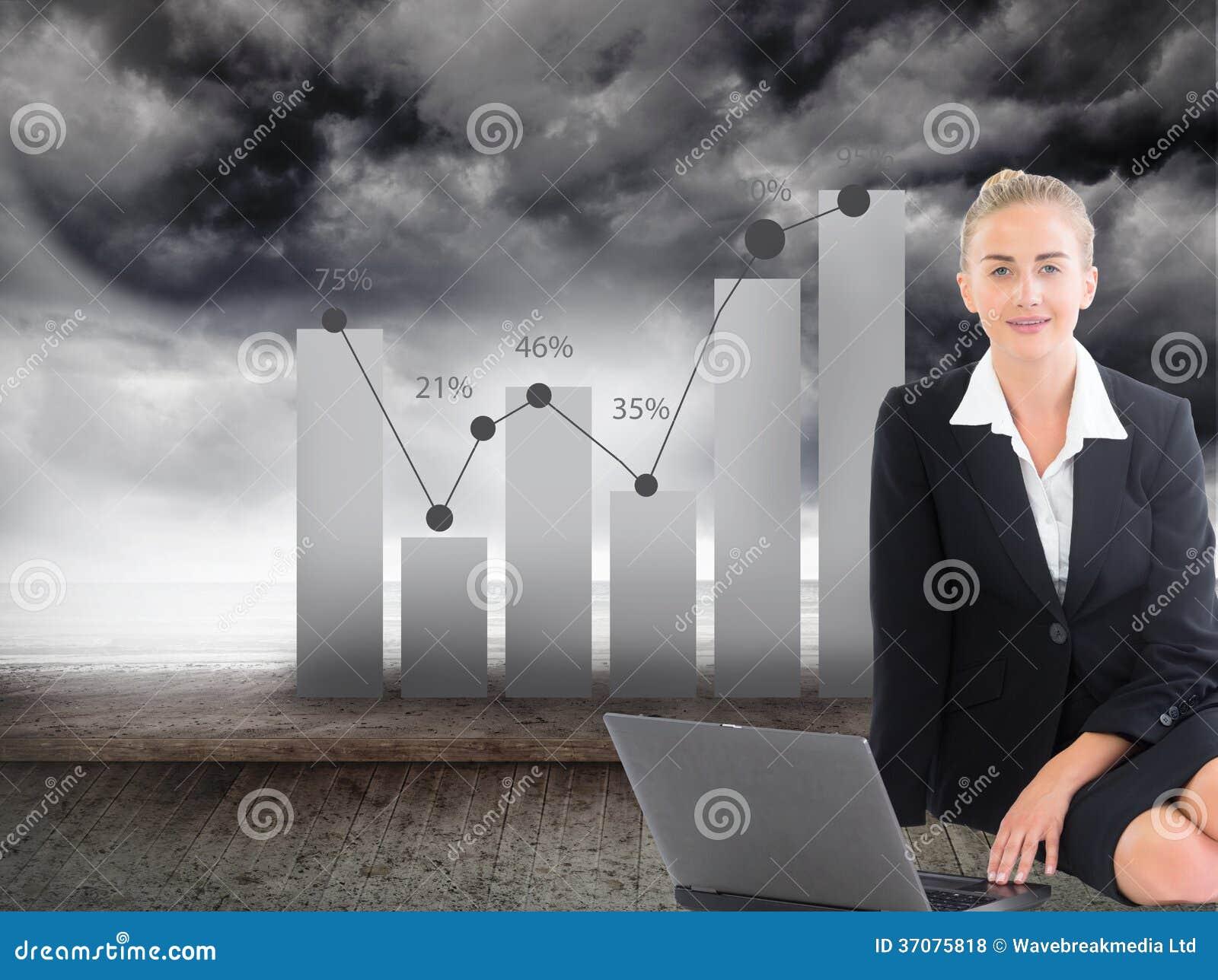 Download Bizneswoman używa laptop zdjęcie stock. Obraz złożonej z złowieszczy - 37075818